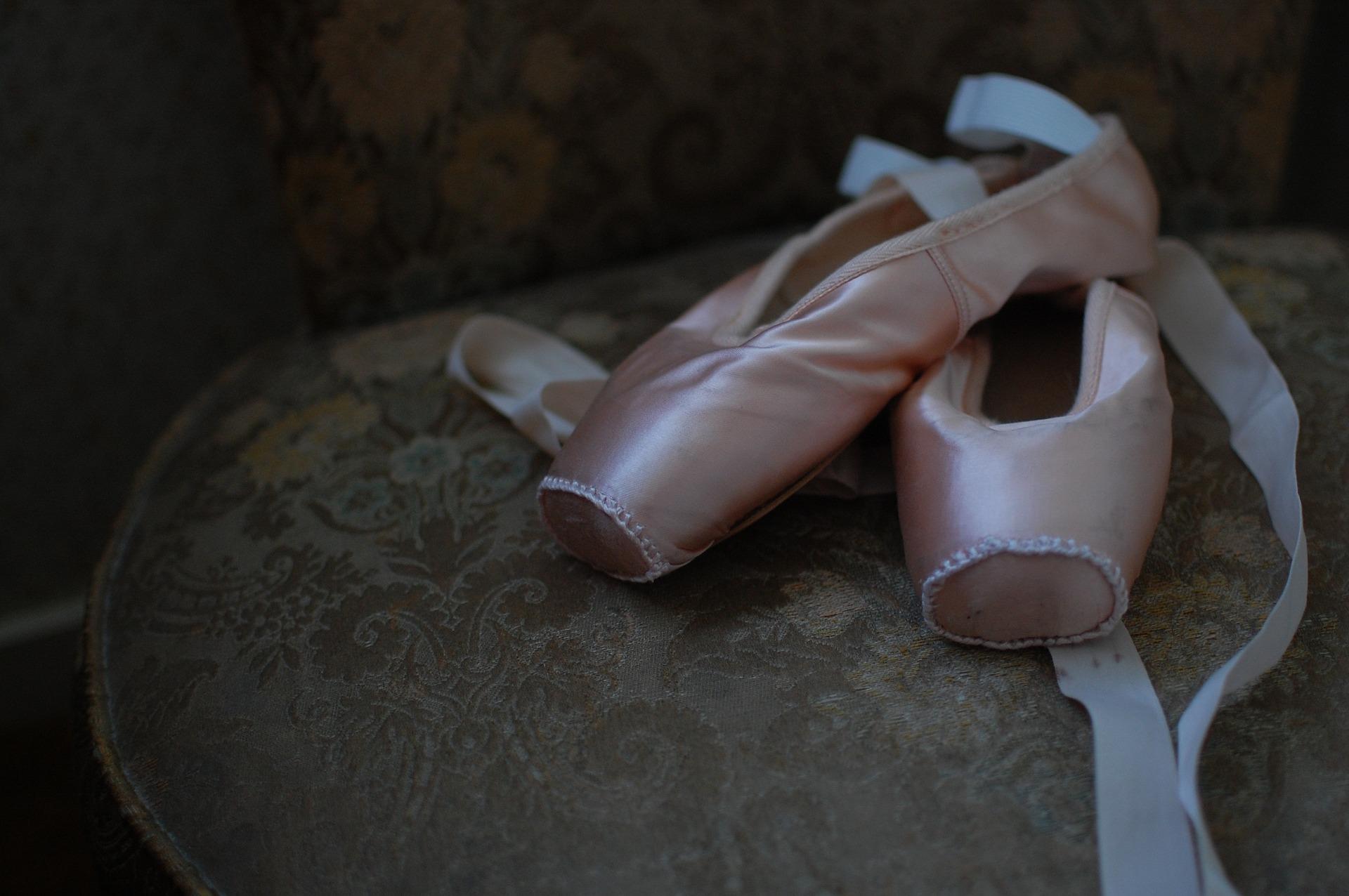 autorytety spadają z piedestału ballet-shoes-1260800_1920